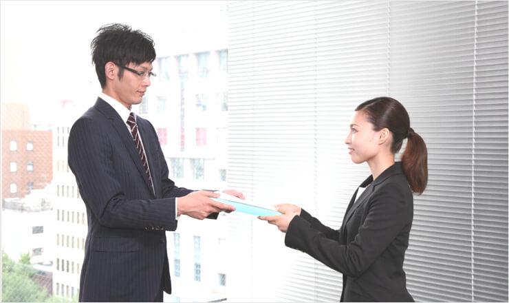 履歴書などの応募書類を封筒と一緒に持参した女性