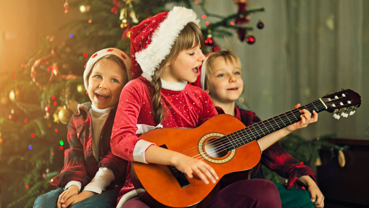 Christmas Caroling.The Stories Behind 4 Popular Christmas Carols Jellytelly