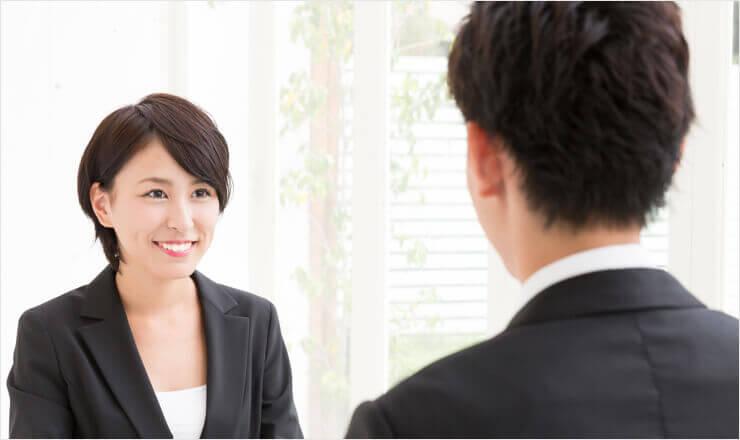 男性の求職者を面接する女性面接官